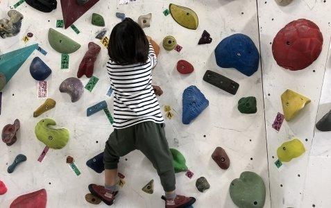 子供のボルダリングデビュー!効果は?何歳から?注意点は?など気になりそうな点をお伝えします。